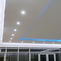 Натяжной потолок со светильниками